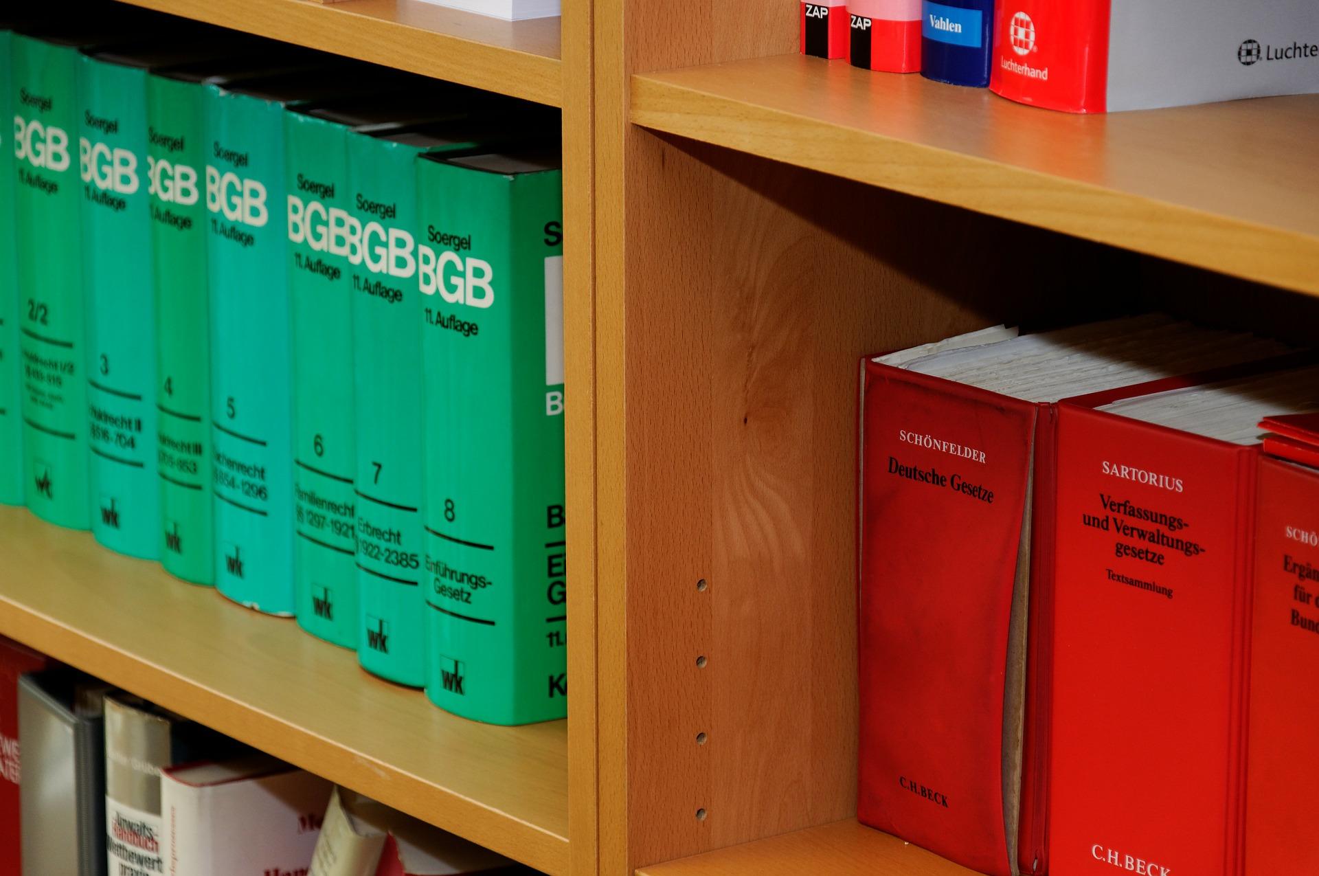 Bücherregal mit Gesetzes Bücher in einer Kanzlei